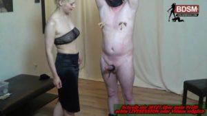 Sklave mit Nippelklemmen für cock torture benutzt