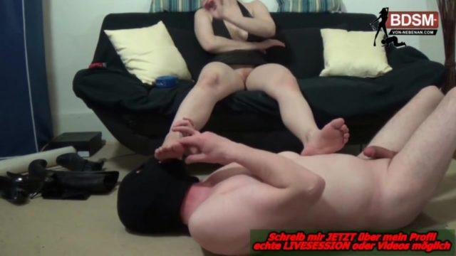 Fußfetisch Sklave leckt Füße rauchender Domina