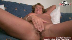 Solosex von alter Frau mit Dildo und dirty Talk