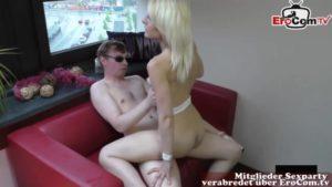 Dürre Blondine fickt mit Drehpartner