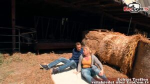 Fette deutsche Blondine hat Sex auf dem Bauernhof