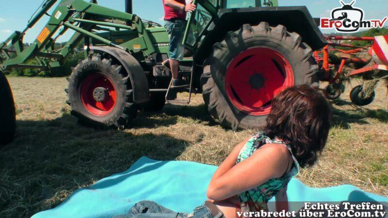 Bauer verführt von schlanker Milf zum outdoor sex