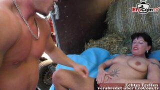 Sex auf dem Bauernhof mit sexy älterer Milf