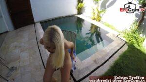 Schöne Teen im Bikini beim outdoor Urlaubsfick