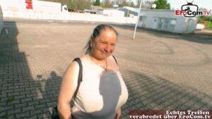 Dicke Naturtitten Hausfrau will einen Jungschwanz