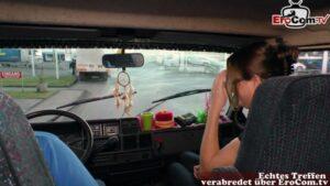 Dreilochstute wild im Auto von Reinhard gefickt