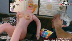 Ältere Hausfrau beim lustigen Rollenspiel mit Sex