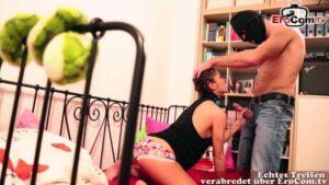 Teen überfallen für geilen Sex im Schlafzimmer