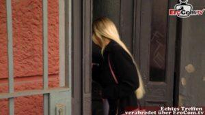 Beim Sexspiel im TV masturbiert die blonde Teen