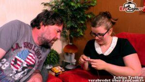 Kurvige Ehefrau mit Brille beim Rollenspiel