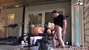 Heiße Blondine in Sportleggins Candee Licious