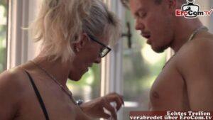 Heiße blonde Milf in Nylons will gefickt werden