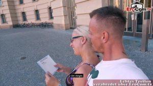 Brillenschlange Eva Engel datet trainierten Mann