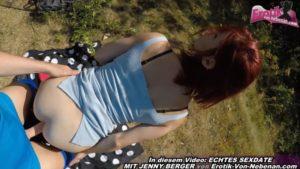 Rotschopf besamt beim Sex im Freien in Grünanlage