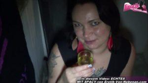 Pisse aus einem Glas trinken mit molliger Teen