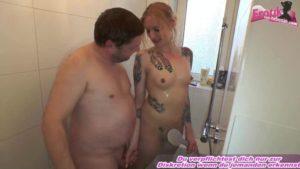 Unter der Dusche ficken mit tätowierter Amateurin