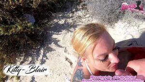 Blondine lutscht Schwanz POV im Urlaub am Strand