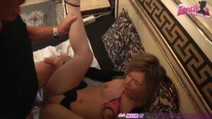 Minititten Hure Sarah Ann beim Puffsex mit Freier
