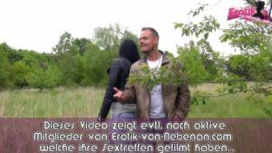 Teen in Lederjacke hat outdoor Sex bei Regen