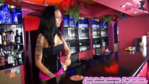 Junge Barkeeperin macht erotische oral Spiele