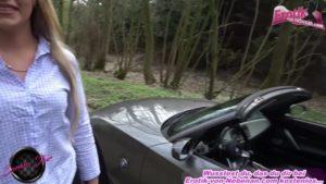 Heiße Geschäftsfrau fickt draußen beim Autokauf