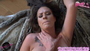 Nylonschlampe zum weiblichen Orgasmus gefickt